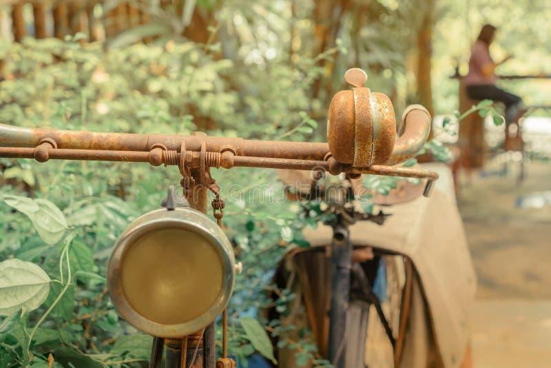 Antieke roestige die fiets voor decoratie in tuin wordt geparkeerd royalty-vrije stock afbeelding