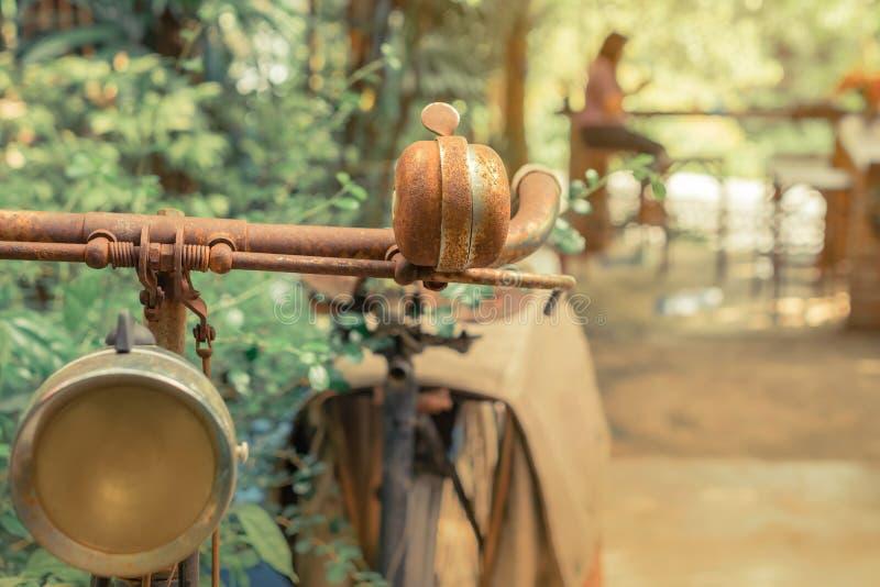 Antieke roestige die fiets voor decoratie in tuin wordt geparkeerd royalty-vrije stock foto's