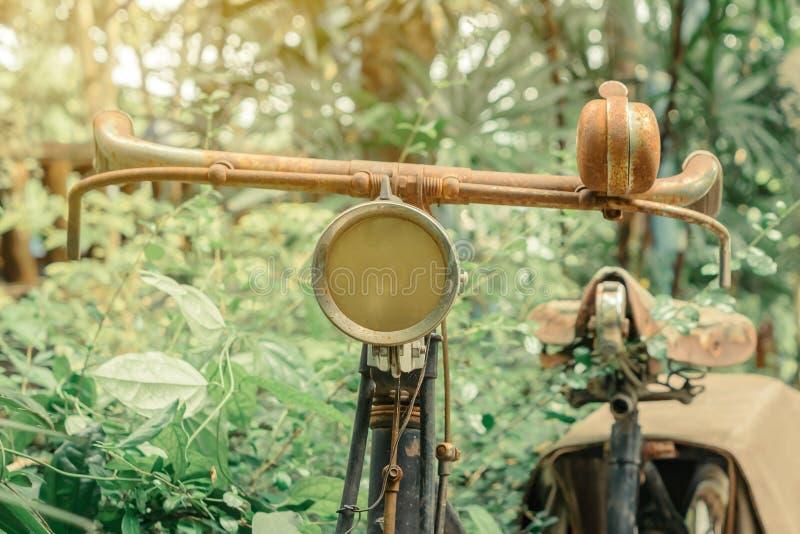 Antieke roestige die fiets voor decoratie wordt geparkeerd stock afbeelding