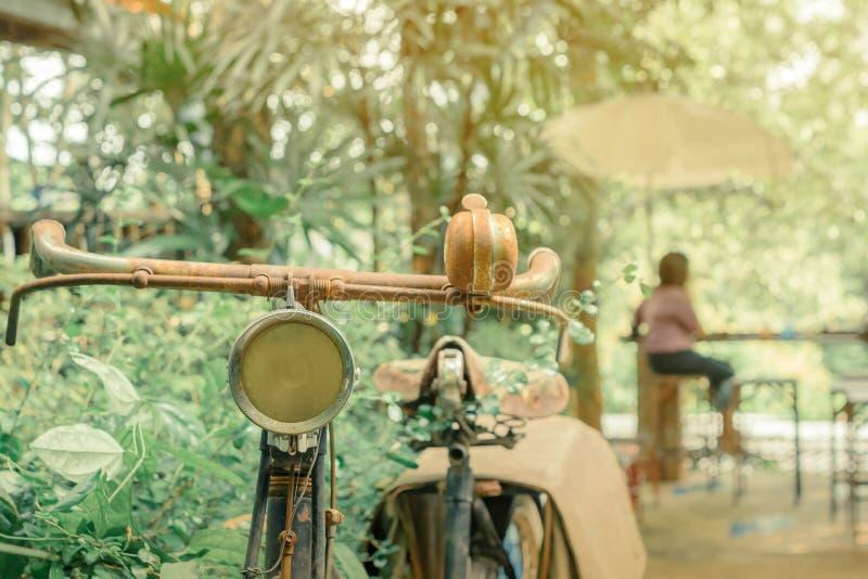 Antieke roestige die fiets voor decoratie wordt geparkeerd royalty-vrije stock afbeelding