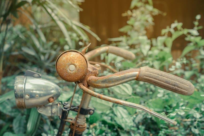 Antieke roestige fiets die voor decoratie wordt geparkeerd stock foto