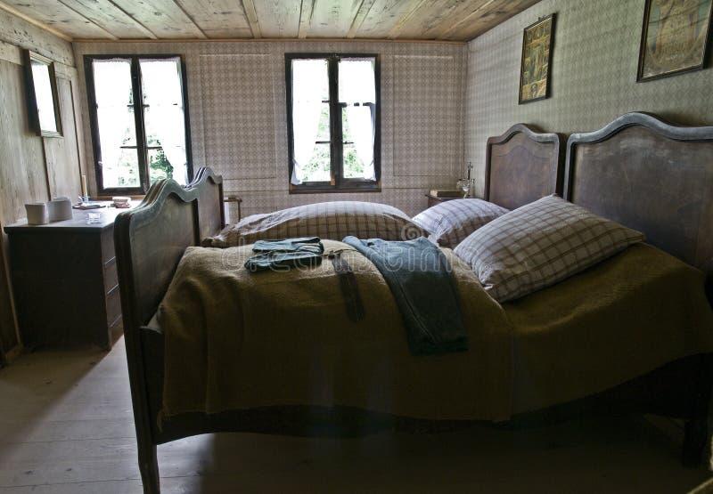 Antieke slaapkamer stock foto. Afbeelding bestaande uit borst - 6033808