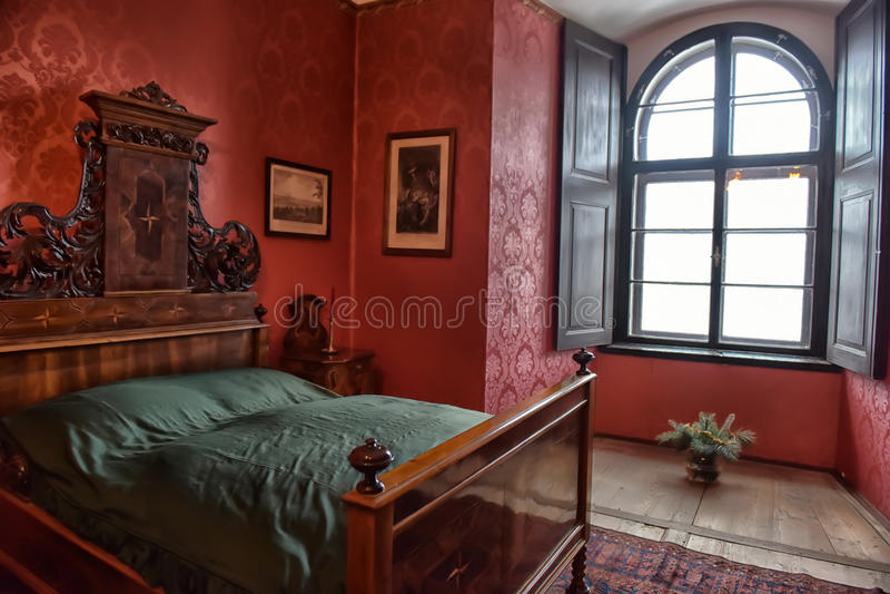 Antieke slaapkamer redactionele foto. Afbeelding bestaande uit bloem ...