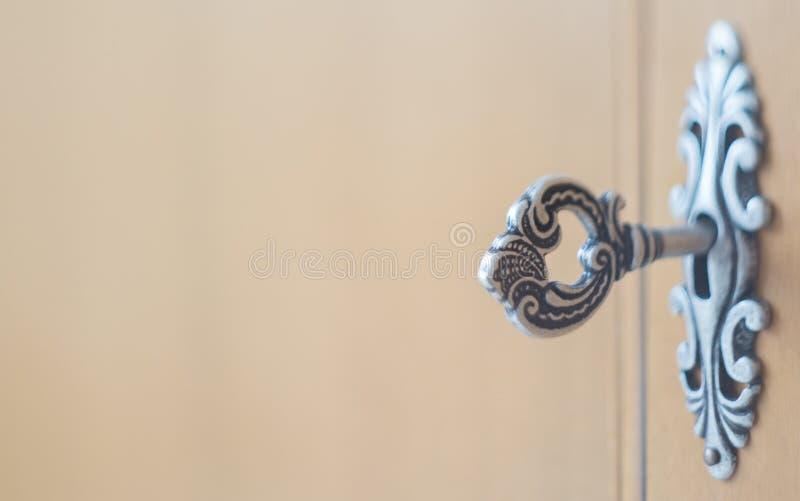Antieke sleutel in een sleutelgat stock foto