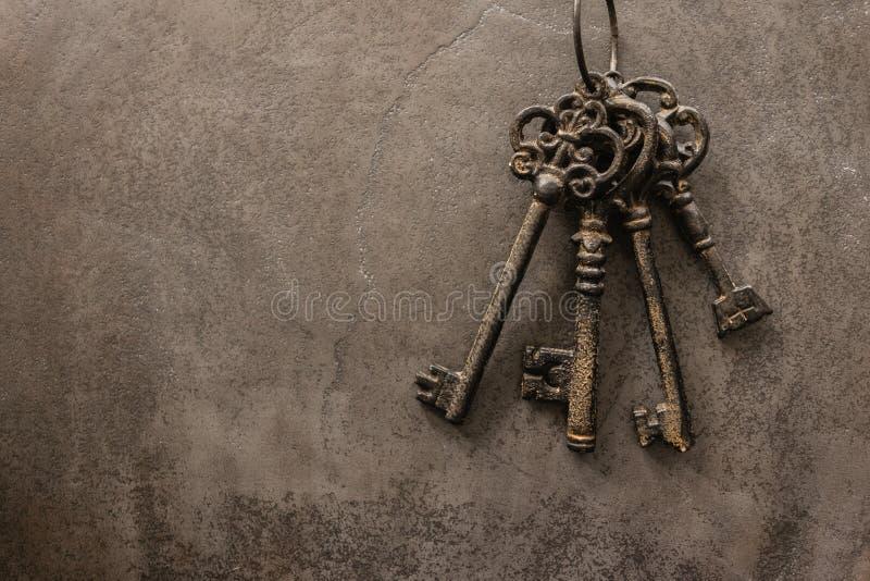 Antieke sleutels op oude de textuurachtergrond van het staalmetaal stock foto's