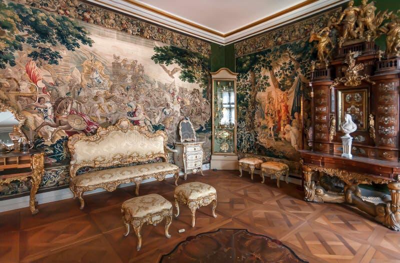 Antieke tapijten en retro meubilair binnen de koninklijke ruimte van het Kasteel van de 17de eeuwrosenborg stock fotografie