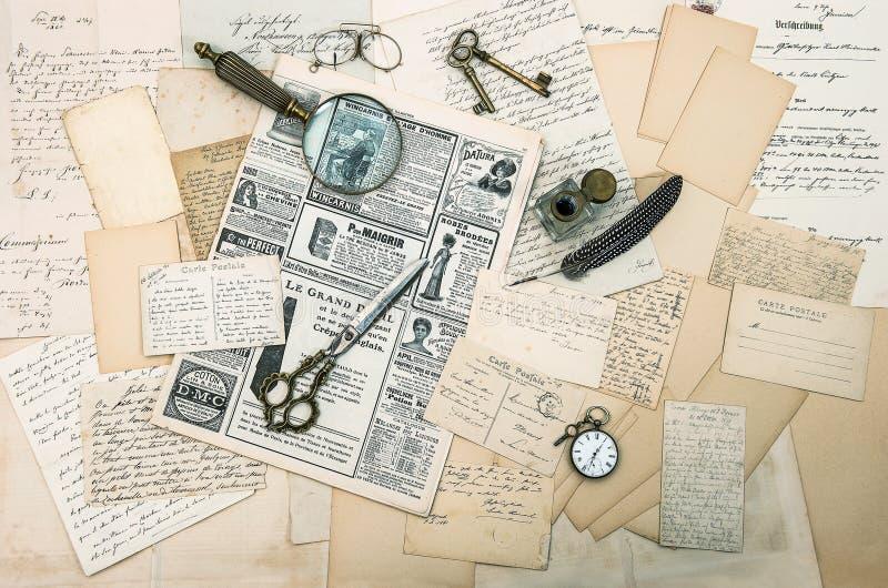Antieke toebehoren, oude brieven en prentbriefkaaren stock foto