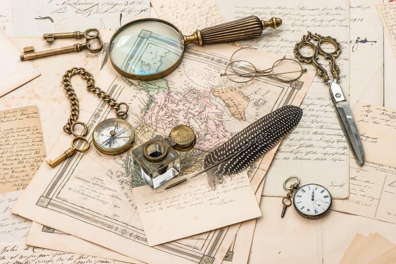 Antieke toebehoren, oude brieven en prentbriefkaaren royalty-vrije stock foto's