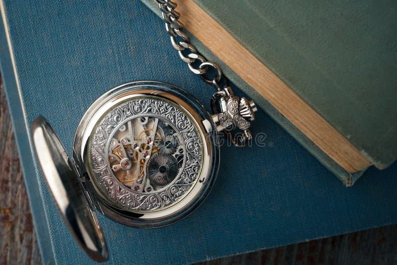 Antieke uitstekende klok op oude boeken toestellen mechanische horloges royalty-vrije stock fotografie