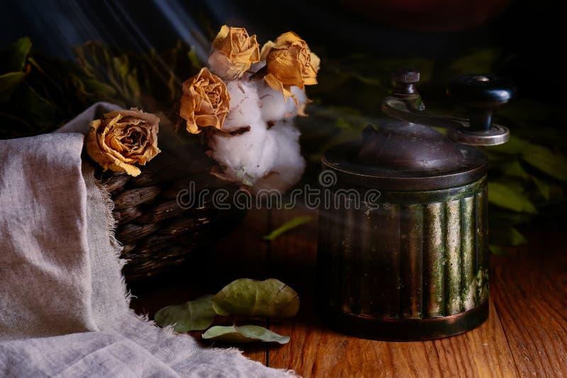 Antieke uitstekende koffiemolen en gele bloemen op houten lijst royalty-vrije stock foto's