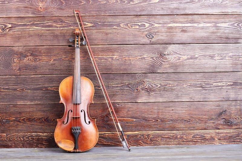 Antieke viool op houten achtergrond royalty-vrije stock foto