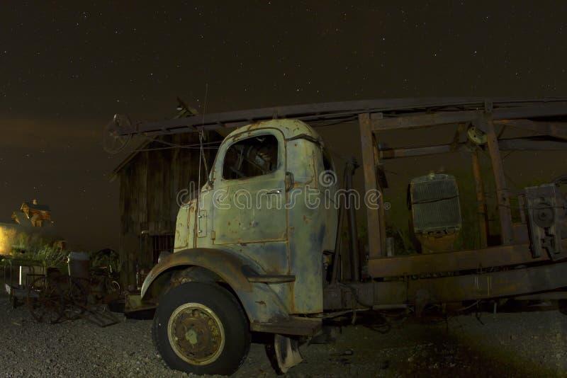 Antieke Vrachtwagen Voor Verlaten Schuur Stock Foto - Afbeelding ...