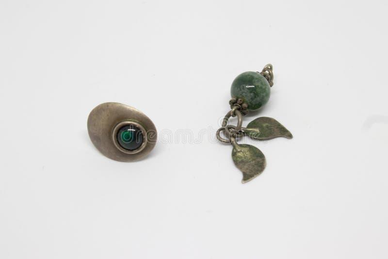 Antieke zilveren oorringen met groene smaragd stock afbeelding
