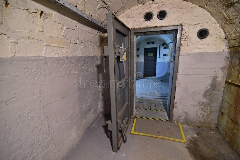 Antiflugzeug-Bunker Prag - Sicherheits-Metalltür lizenzfreie stockfotografie
