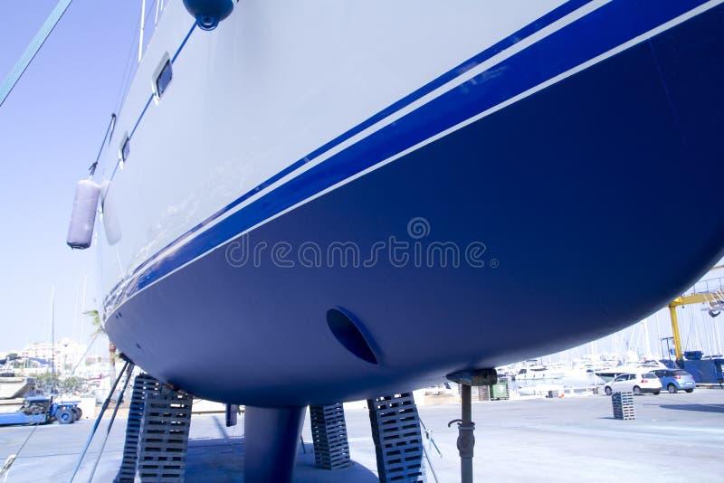 Antifouling azul do sailboat da casca do barco encalhado imagem de stock