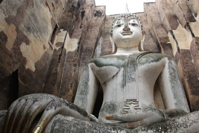 Antigüedad hermosa de la vieja imagen grande de Buda en el asiático de Sukhothai Tailandia imagen de archivo libre de regalías