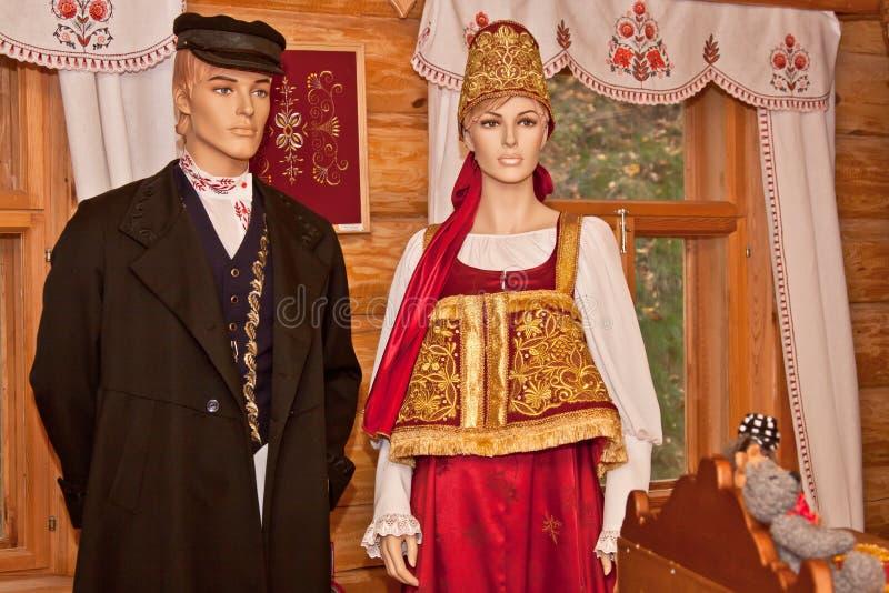 Antigüedad rústica para los hombres y la ropa de las mujeres imagenes de archivo