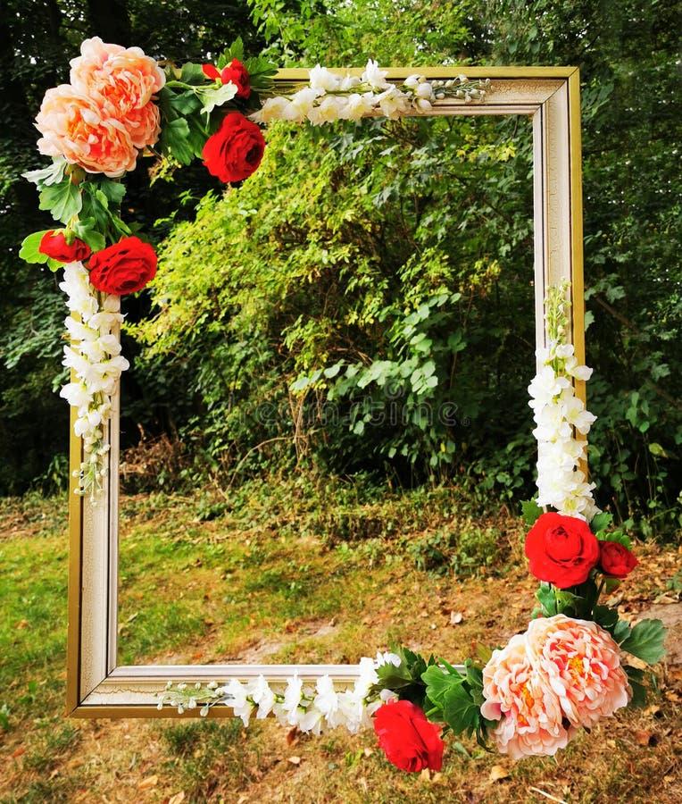 antiga armação com rosas no parque fotografia de stock royalty free