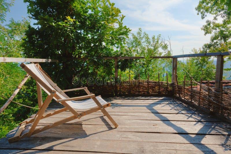 A antiga cadeira de madeira em Balcony imagens de stock royalty free