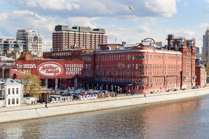 Antiga fábrica que constrói confeitos vermelhos de outubro em Moscou Rússia foto de stock