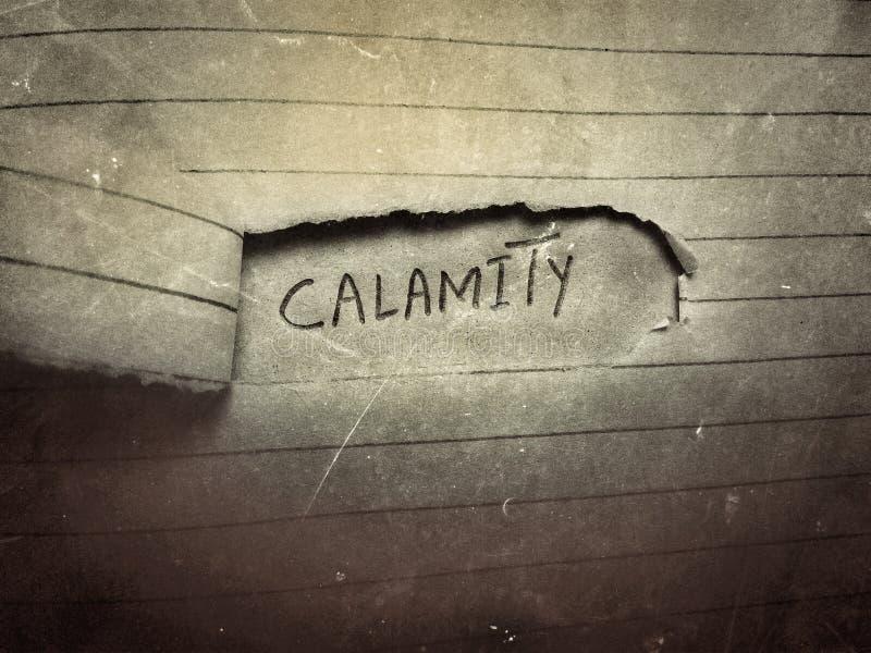 antiga página de linhas de papel rugoso e risca com a palavra em inglês calamity escrita por lápis fotografia de stock