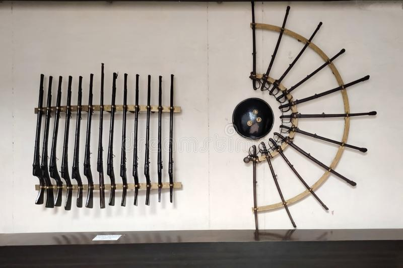 Antigas armas do século 17, ludhiana, índia, em 16 de agosto de 2019:rifle e espada,Maharaja Ranjit Singh War Museum criado em 19 fotografia de stock