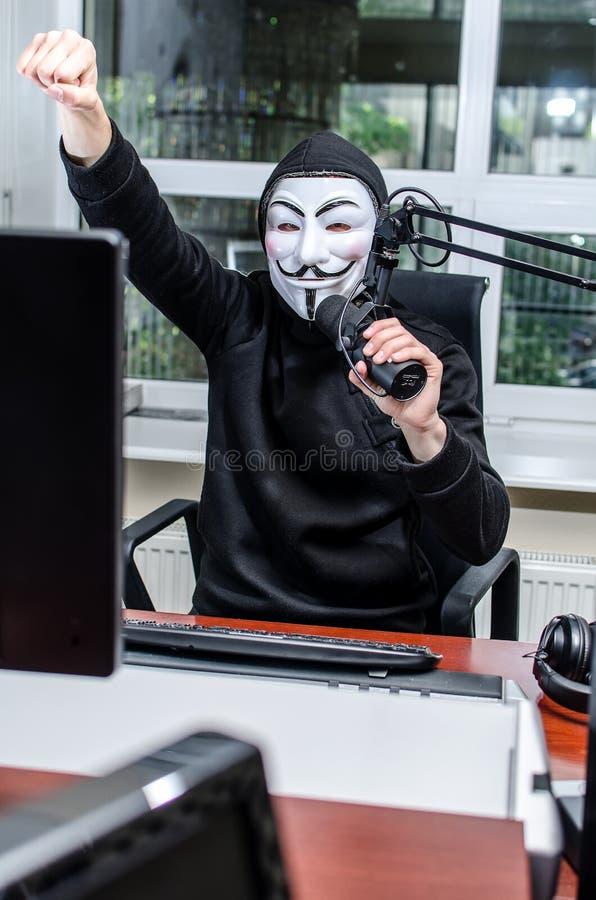 Antiglobalist auf dem Funk lizenzfreie stockfotografie
