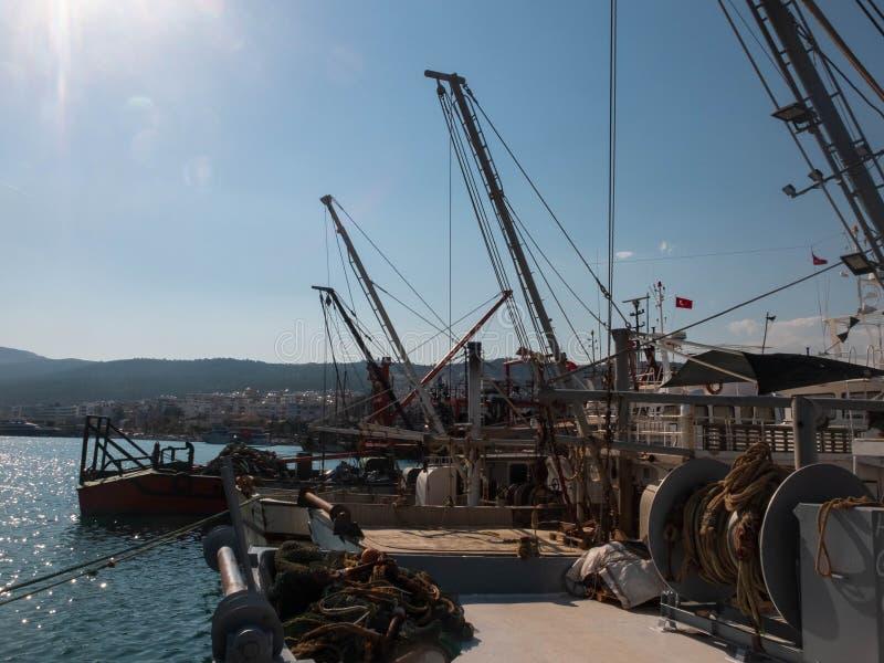 Antigos barcos-pescadores enferrujados com mecanismos de içamento de guincho no porto imagens de stock