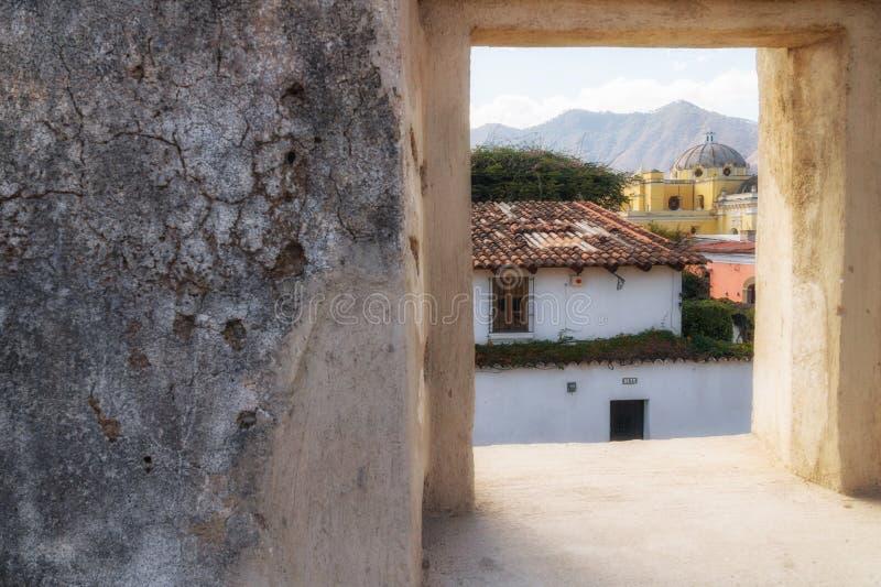 Antigua de Gwatemala widok przez kamiennego okno obrazy royalty free