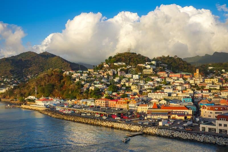 ANTIGUA, Antigua e Barbuda Panoramiczny widok Antigua schronienie przy zmierzchem z Błękitnym Chmurnym niebem obraz stock