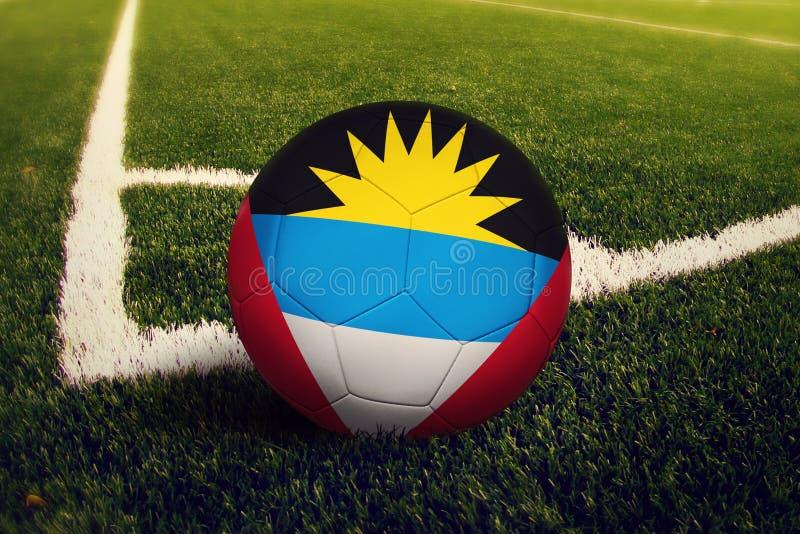 Antigua en de bal van Barbuda op de positie van de hoekschop, de achtergrond van het voetbalgebied Nationaal voetbalthema op groe royalty-vrije stock afbeelding