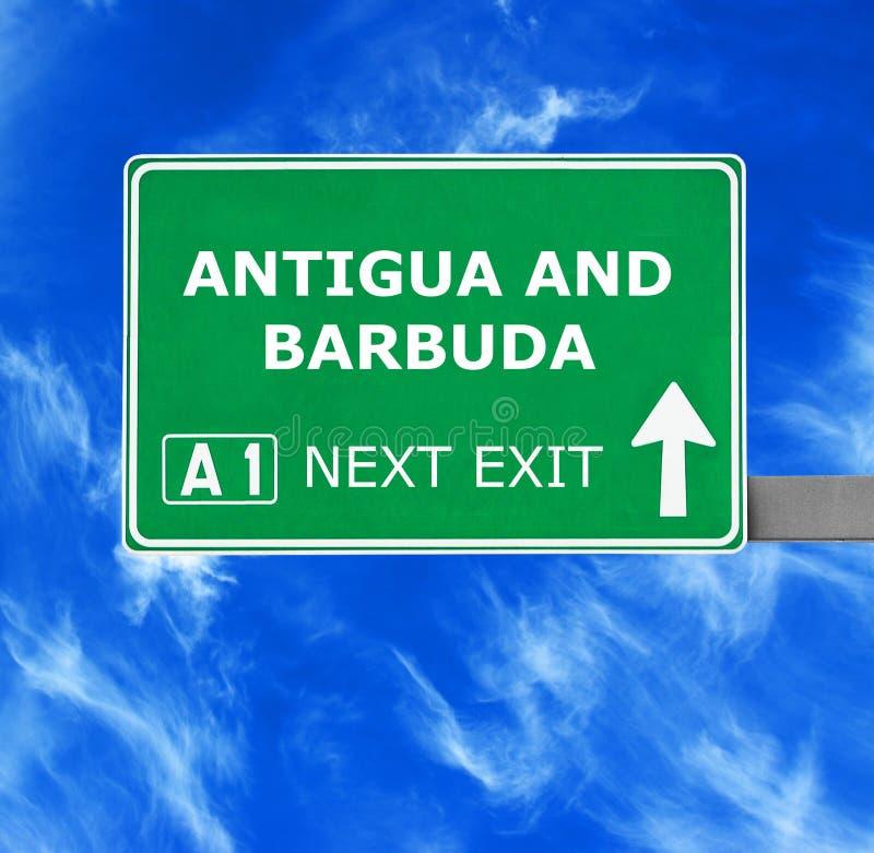 Antigua en de verkeersteken van Barbuda tegen duidelijke blauwe hemel royalty-vrije stock afbeelding