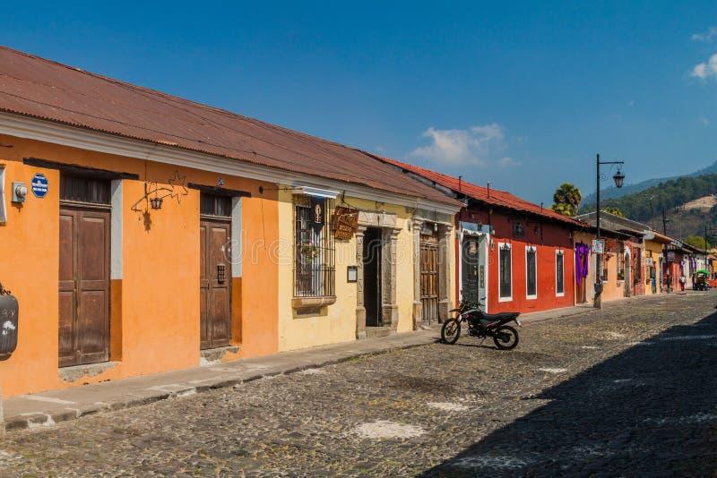 ANTIGUA, GUATEMALA - 27 DE MARZO DE 2016: Vista de una calle cobbled en Antigua Guatemala CIT imágenes de archivo libres de regalías