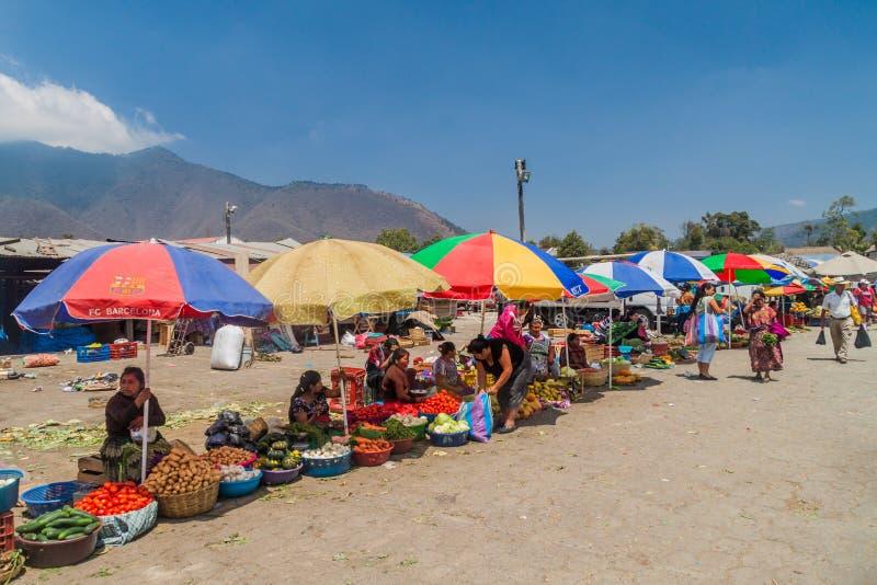 ANTIGUA, GUATEMALA - 26. MÄRZ 2016: Gemüseställe an einem lokalen Markt in Stadt Antiguas Guatemala, Guatemal stockfotografie