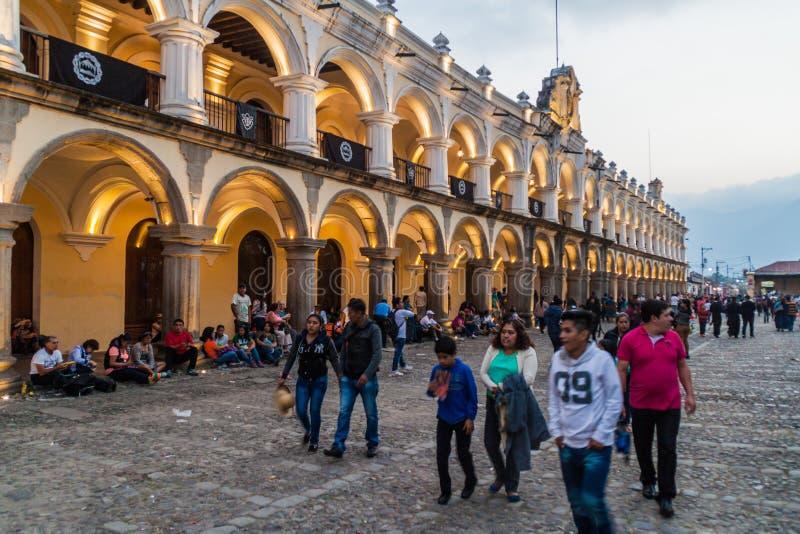 ANTIGUA GUATEMALA - MARS 25, 2016: Folkmassor av folk på Plazaborgmästarefyrkant i den AntiguaGuatemala staden, Guatemal arkivbild