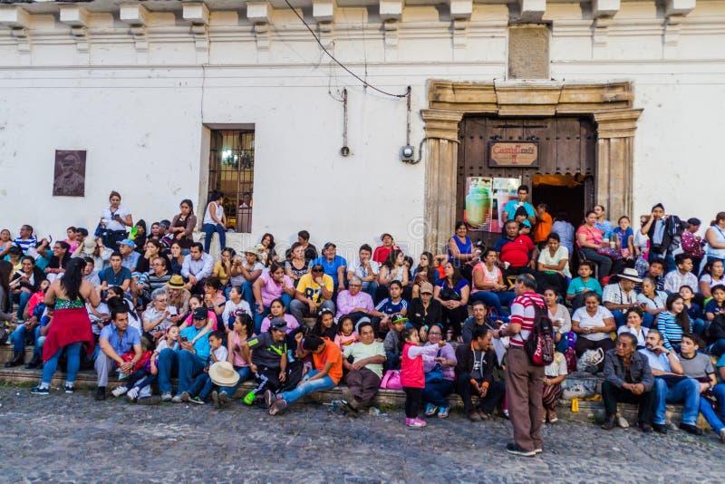ANTIGUA GUATEMALA - MARS 25, 2016: Folkmassor av folk väntar på processionen på långfredag på Plazaborgmästarefyrkant in arkivbilder