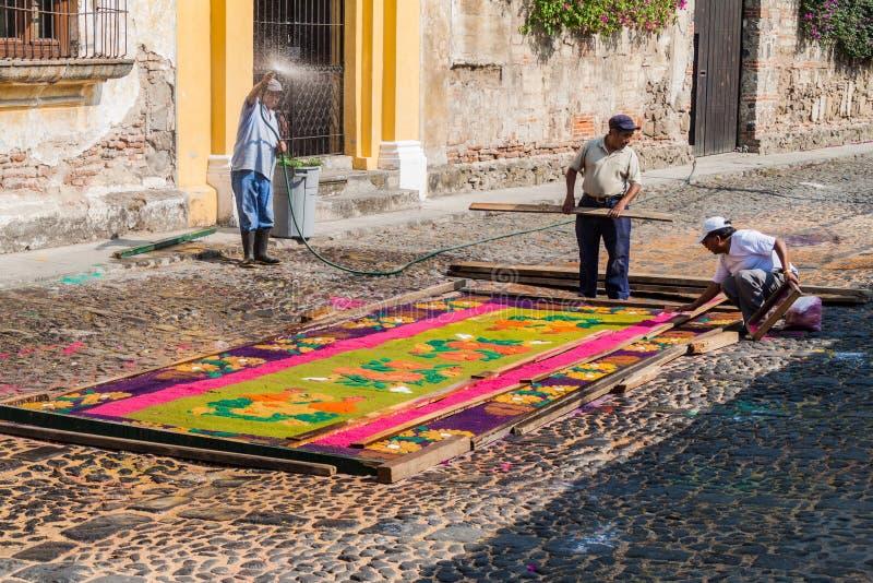 ANTIGUA GWATEMALA, MARZEC, - 26, 2016: Ludzie dekorują Wielkanocnych dywany w Antigua Gwatemala miasteczku, Guatemal zdjęcia royalty free