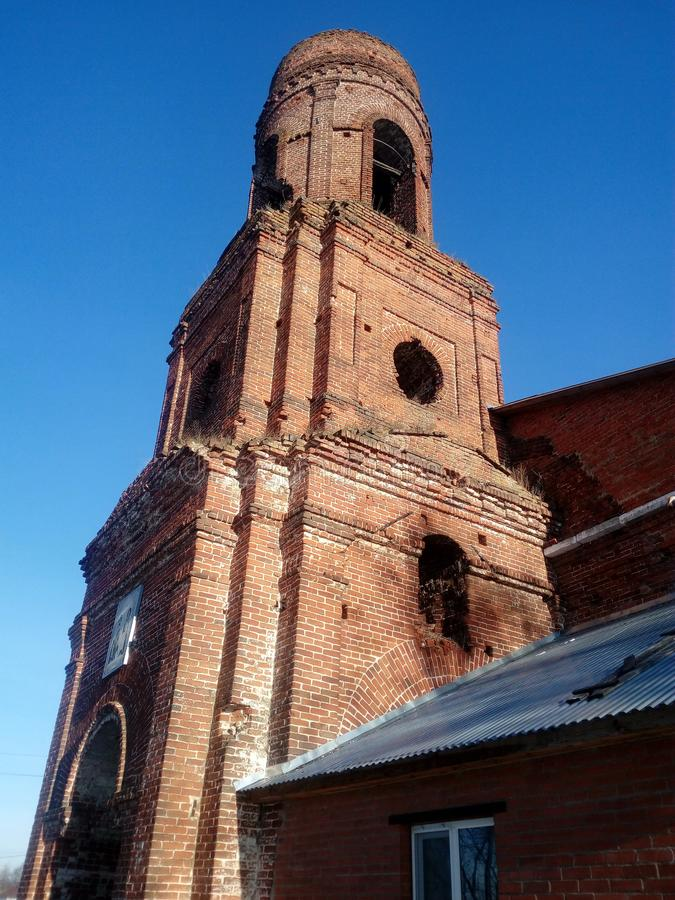 Antigua iglesia ortodoxa en la aldea de Kuyman imagenes de archivo