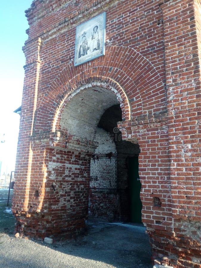 Antigua iglesia ortodoxa en la aldea de Kuyman fotos de archivo