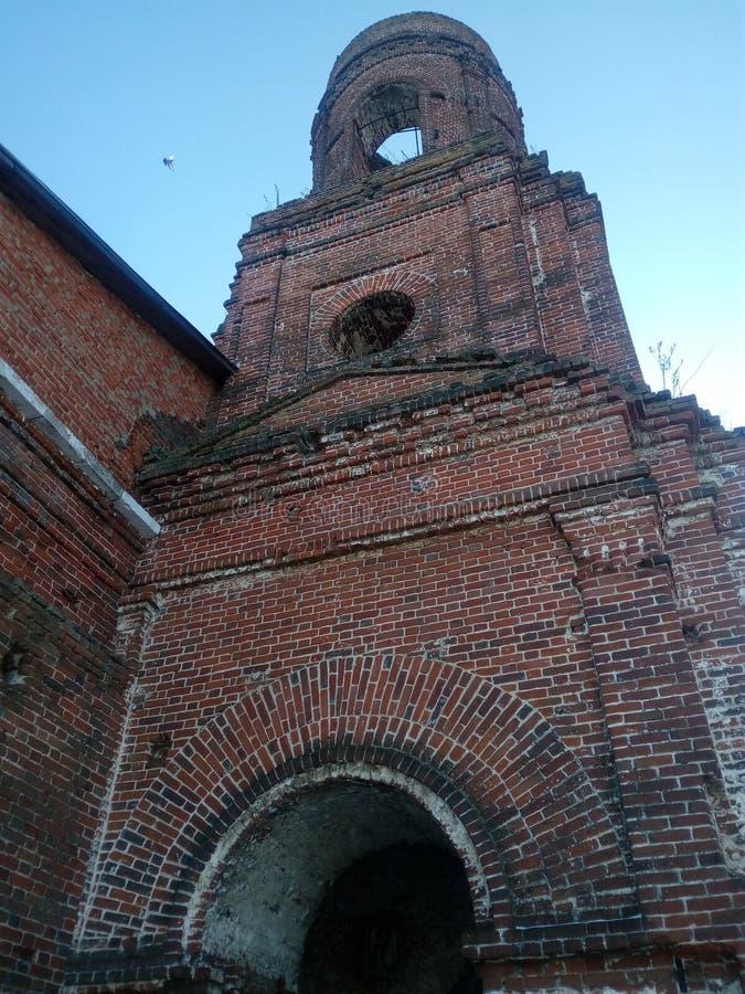 Antigua iglesia ortodoxa en la aldea de Kuyman fotografía de archivo