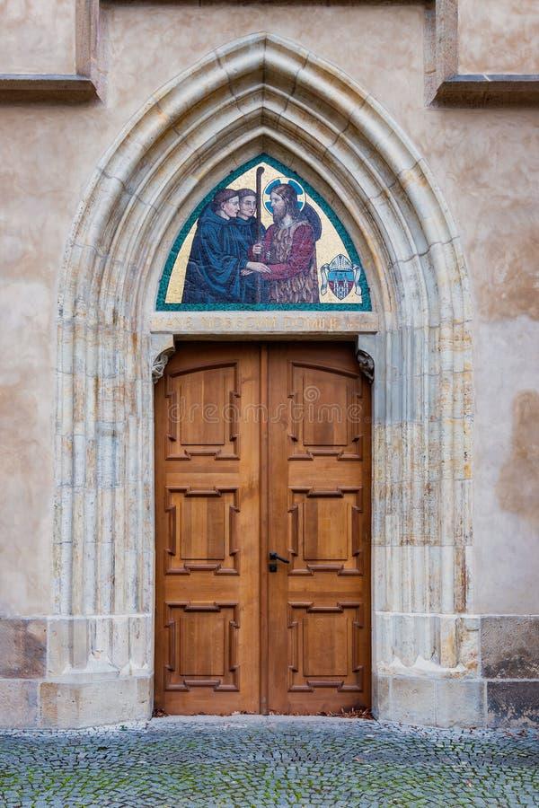 Antigua puerta de madera en pared de piedra fotos de archivo