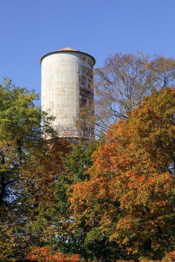 Antigua torre de agua y caída imagenes de archivo