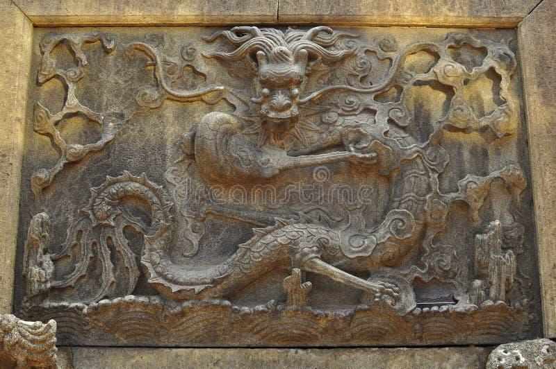 Antigue Dragon Sculpture eller relik i den gamla templet och Yuyuanen för stadsgud` s arbeta i trädgården, Shanghai arkivfoto