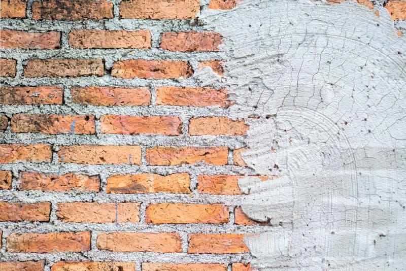 Antiguidade da textura da parede de tijolo rachada do cimento imagem de stock