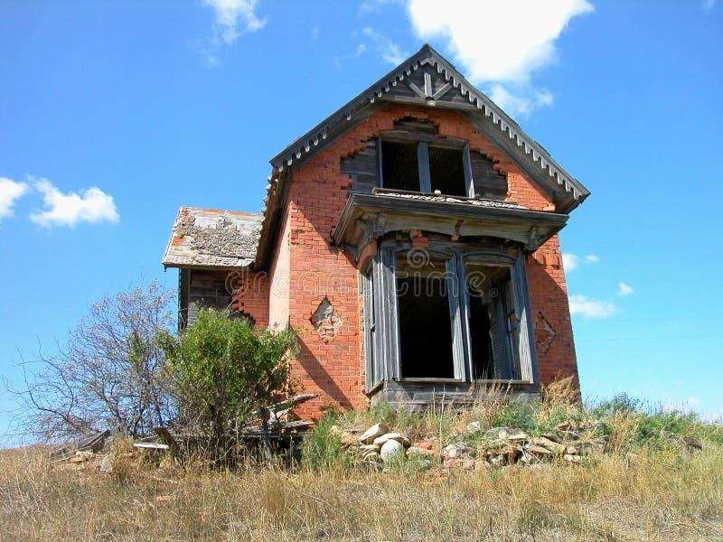 A antiguidade dilapidou casa do tijolo fotos de stock royalty free