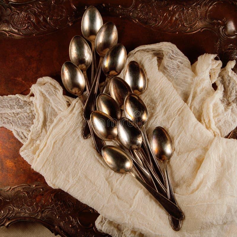 Antiguidade, do vinage colheres cuterly na bandeja de prata com guardanapo imagem de stock