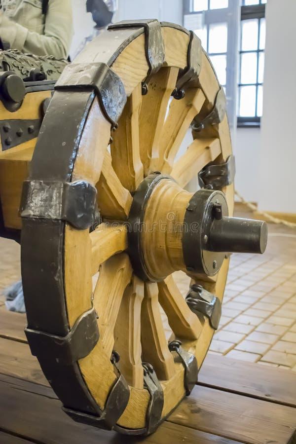 Antiguidade e roda de madeira resistida para armas e vagões fotos de stock