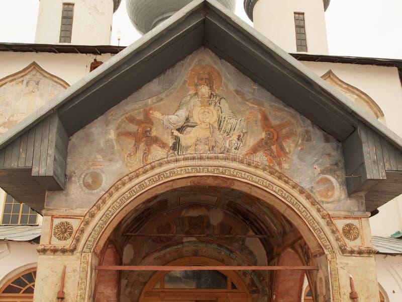 Antiguidade   monastério do fresco (Rússia, Tikhvin) imagens de stock