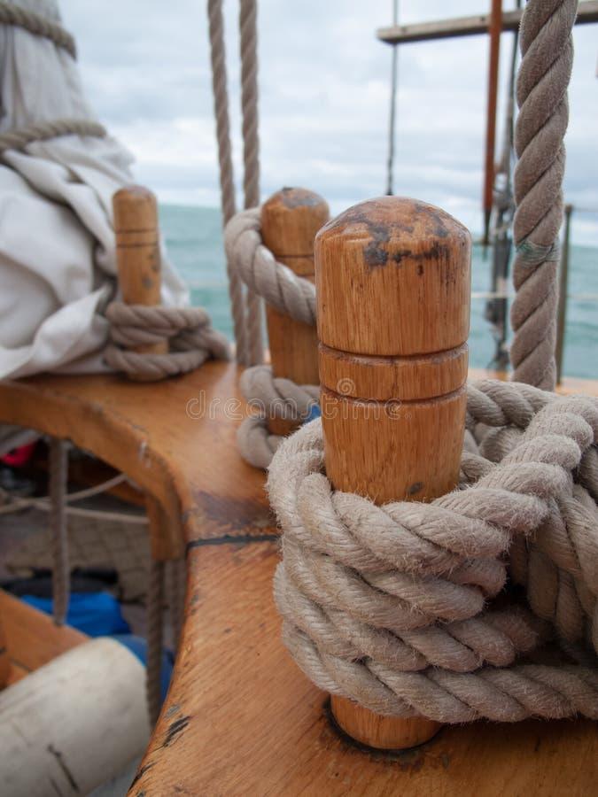 Antiguo Cuerdas en Detalle de un ballenero en-Zündkapsel Plano-durante una navegacià ³ n en-EL-norte de Islandia stockbilder