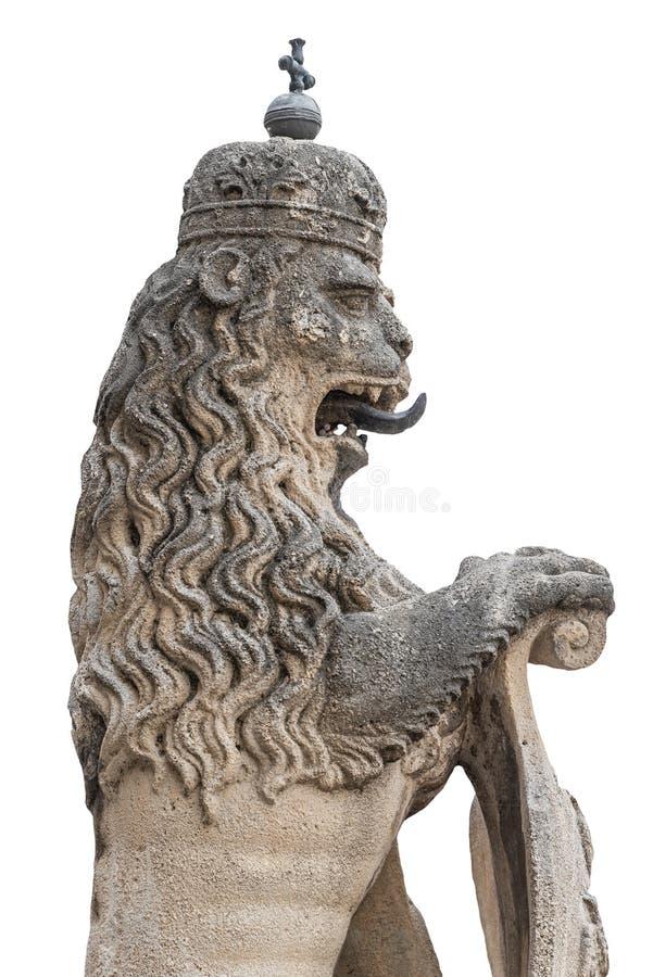 Antiguo estatuto de poderoso león con corona real en el centro de Viena, Austria, aislado en fondo blanco, detalles, cerrado imagen de archivo